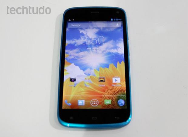 Blu tem modelos coloridos, como este azul (Foto: Rodrigo Bastos/TechTudo)