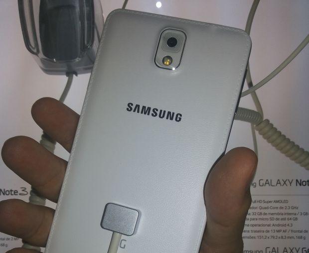 046a3c98bf3 Traseira de couro sintético do Galaxy Note 3 é um diferencial (Foto  Pedro  Zambarda