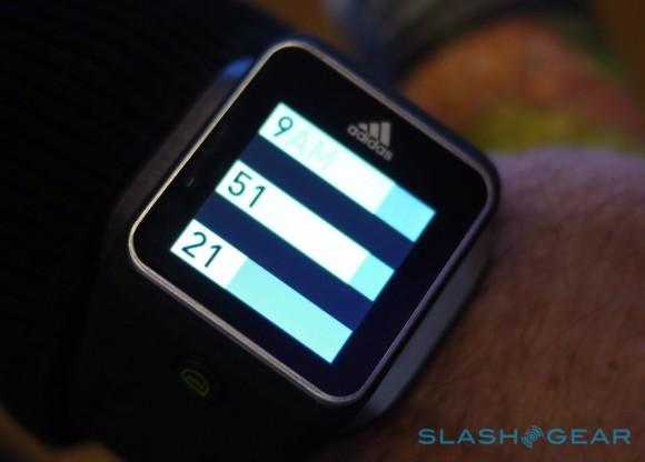 san francisco 61f39 489c0 Adidas lança relógio inteligente com GPS e rastreamento de batimento  cardíaco. (Foto  Reprodução