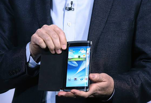 Protótipo de aparelho com tela curva foi revelado pela Samsung na CES (Foto: Reprodução/USA Today)